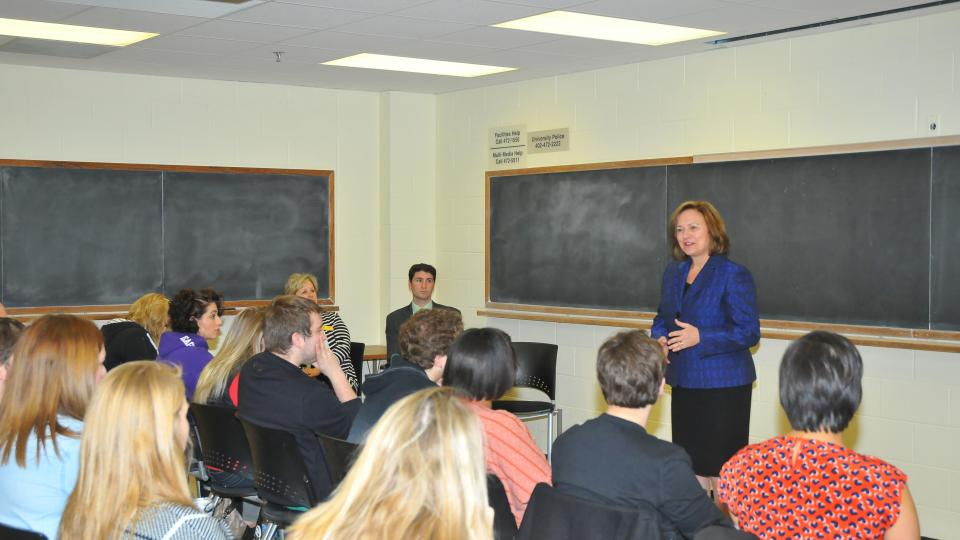 Fischer discusses women in politics with UNL class